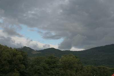 Ciemne chmury nad Węgierską Górką. Fot. J. Gawryś.
