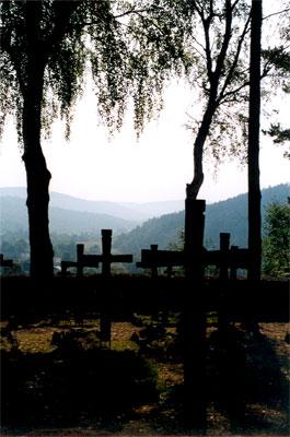 Widok z cmentarza wojskowego na góry. To niezwykłe miejsce - smutne, lecz tchnące spokojem. Fot. Anna Gawryś.